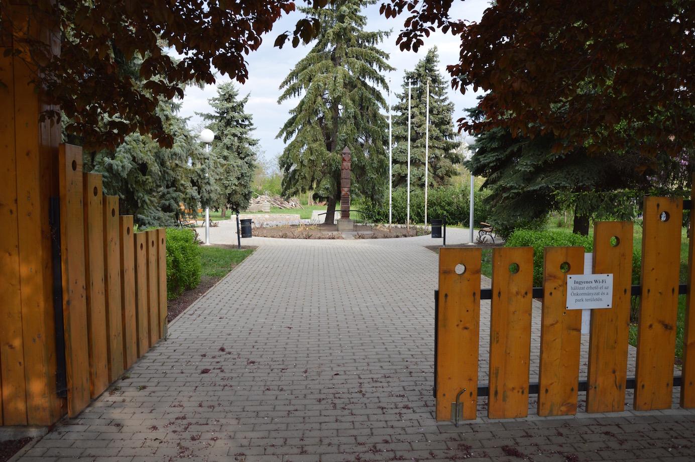 Kuncsorba közpark bejárat